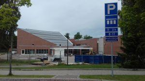 En skola i rött tegel i Lojo som heter Anttilan koulu.