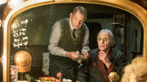 Näyttelijät Anthony Hopkins ja Ian McKellen tähdittävät teatterimaailmaan sijoittuvaa draamaelokuvaa.