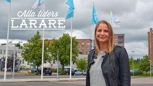 Sanna Tegengren poserar framför Yles flagstänger.