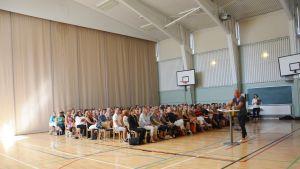 Michael Hermansson föreläser för lärarna i Pargas.