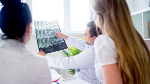 Läkarstuderande tittar på röntgenbild.
