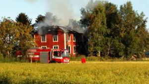 Ett egnahem brann i Vörå. En person dog.