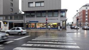 Gatuhörnet vid Trätorget i Åbo där en person blev knivhuggen.