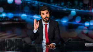 Jukka Lindström vilkuttaa Noin viikon uutisten studiossa.