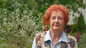 Ruth Bensky poserar i sin trädgård.