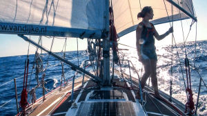 Laura Dekker står på däck ute till havs.