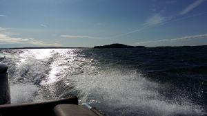 Skum och vågor slår upp efter en motorbåt på Erstan.