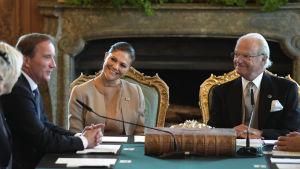 Statsminister Stefan Löfven, kronprinsessan Victoria och kung Carl den XVI Gustaf den 4.8.