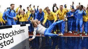Sveriges förbundskapten Karin Torneklint får bada.