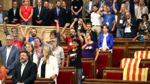 Katalanska parlamentsledamöter jublade efter beslutet om folkomröstningen