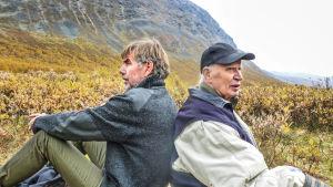 Ohjaaja Dag Jonzon (vas.) on seurannut legendaarista luontokuvajaa Edvin Nilssonia ja hänen uranuurtavaa työtään Sarekin kansallispuistossa.
