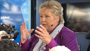 Erna Solberg talar till sina väljare.