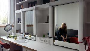 Skådespelaren Riitta Salminen-Kujala syns i spegeln i sin loge på Åbo stadsteater.