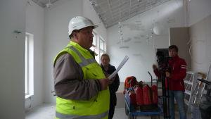 Tekniska direktören Edd Grahn står inne i vad som kommer att bli samlingsrummet i Villa Rosa.