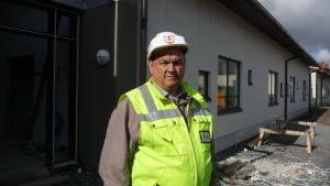 Edd Grahn står intill huvudingången till det nya serviceboendet i Närpes.