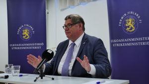 Utrikesminister Timo Soini håller presskonferens i juli 2016.