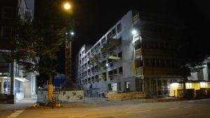 Hartelas byggarbetsplats vid Allégatan i Åbo på natten.