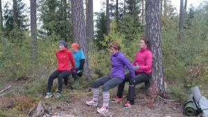 Fyra personer ägnar sig åt CrossNature i Pargasskogen