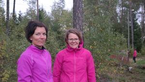 Annika Leandersson och Kia Nyström står i skogen