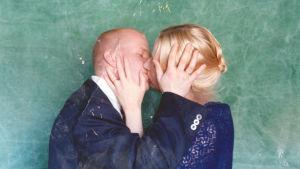 Avioeron hetki muuttaa kaikkien perheenjäsenten elämän lopullisesti. Dokumenttielokuva on kertomus surusta ja selviytymisestä.
