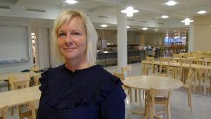 Carina Lund på Alerte som lagar skolmat i Jakobstad hoppas att leverantörerna håller koll på tillsatsämnena.