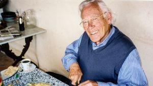 Tore Wretman sitter vid ett bord och skivar citroner.