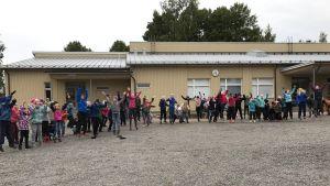 Elever som hoppa på skolans gård.