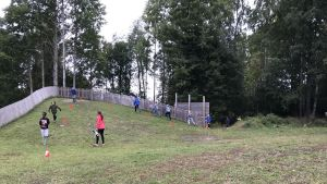 Elever springer en hinderbana.