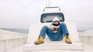 Samuele-poika elää perheensä kanssa tavallisen lapsen elämää pakolaisten virran keskellä Lampedusan saarella.