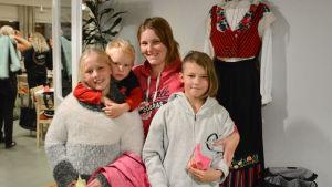 Iniöbon Jessica Blomqvist med barnen Ida, Jasper och Tess.