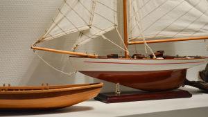 Båtminiatyrer i Iniös församlingshem.