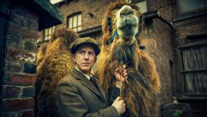 Isän eläintarha on tositapahtumiin perustuva draamasarja Brtianniaan villieläinpuiston perustavasta perheestä. Pääosassa nähdään Lee Ingleby.
