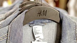 Jeansjackor på klädhängare i H&M.