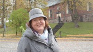 Teologiestuderande Janette Lagerroos utanför Åbo domkyrka