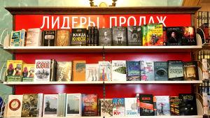 Kirjahylly venäläisessä kirjakaupassa