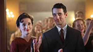 Karaktärerna Suzanne och Peter i dramaserien Vår tid är nu.