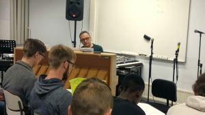 Musiklärare Johan Sundqvist övar inför Lucia med gymnasieettorna i Korsholm.