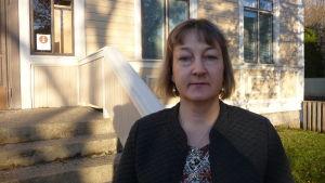 Ekonomichefen Anne Lillträsk står utanför stadshuset i Kaskö.