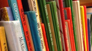 Färggranna barnböcker i en bokhylla.