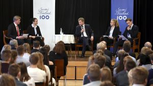 Sauli Niinistö på Borgå gymnasiums scen.