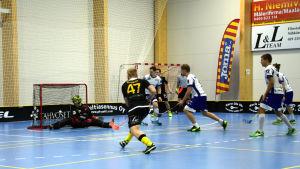Knights Matias Loskin skjuter bollen i mål.