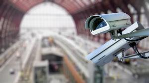 Övervakningskameror vid en järnvägsstation.