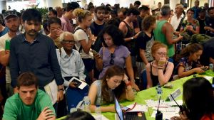 Turister trängdes på flygplatsen i Denpasar på måndagen, efter att alla flygningar ställts in.
