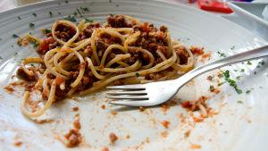 Ruoan jämät ja haarukka lautasella