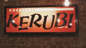 Neonskylt i rött med texten Ravintola Kerubi i svart.