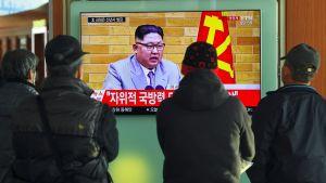 Sydkoreaner följde med den norkoreanske ledaren Kim Jong-Uns ovanligt försonliga nyårstal på en järnvägsstation i Seoul på nyårsdagen.