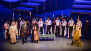 En operaensemble på scenen