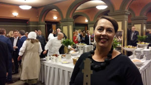 Teija Raninen har just tagit emot priset Turism-Oskar, en fyr, i Åbo stadshus.