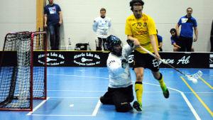 Teemu Ahokas nära mål med bollen, men Vesa Tallqvist täcker.