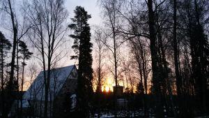 En kyrka i soluppgången.
